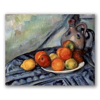 Fruta y jarra en una mesa